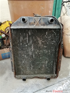 RADIADOR DE FORD PICK-UP 1948-49-50 DE DOBLE BOMBA DE AGUA.