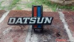 EMBLEMA DE PARRILLA DATSUN PICK UP 620